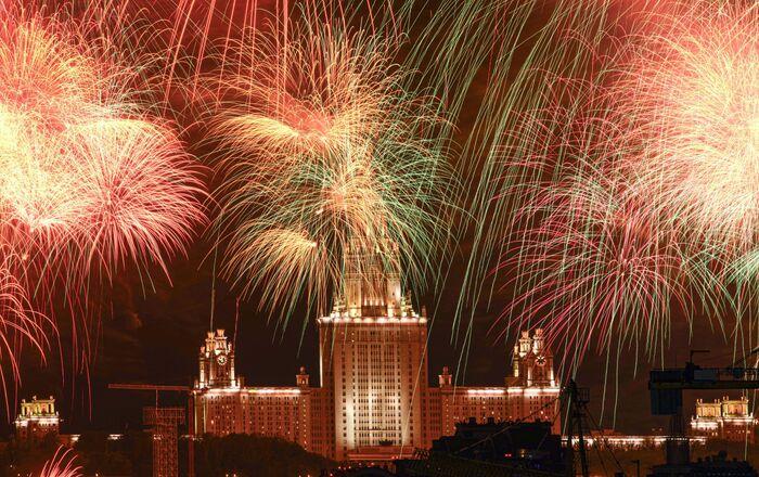 Ohňostroj nad budovou Moskevské státní univerzity na počest 75. výročí vítězství