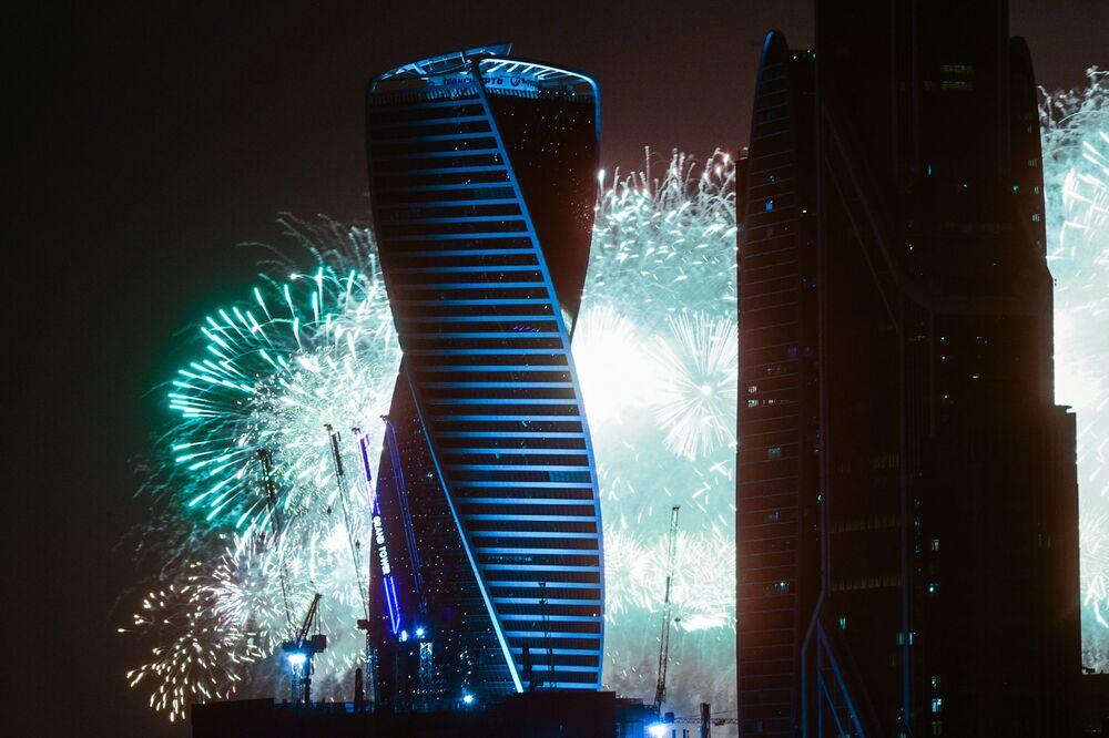 Ohňostroj na počest 75. výročí vítězství na pozadí moskevského mezinárodního obchodního centra Moskva City.