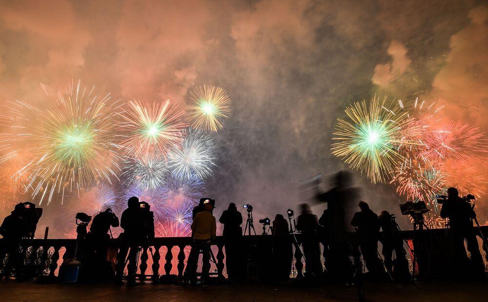 Moskvané sledují ohňostroj na počest 75. výročí vítězství.