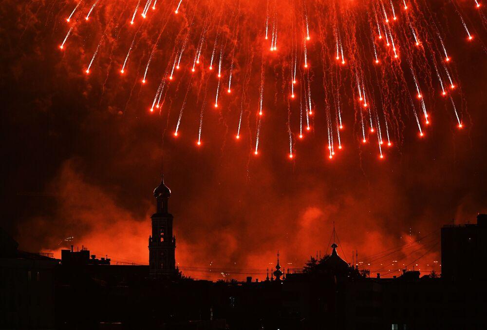 Ohňostroje v Moskvě na počest 75. výročí vítězství.