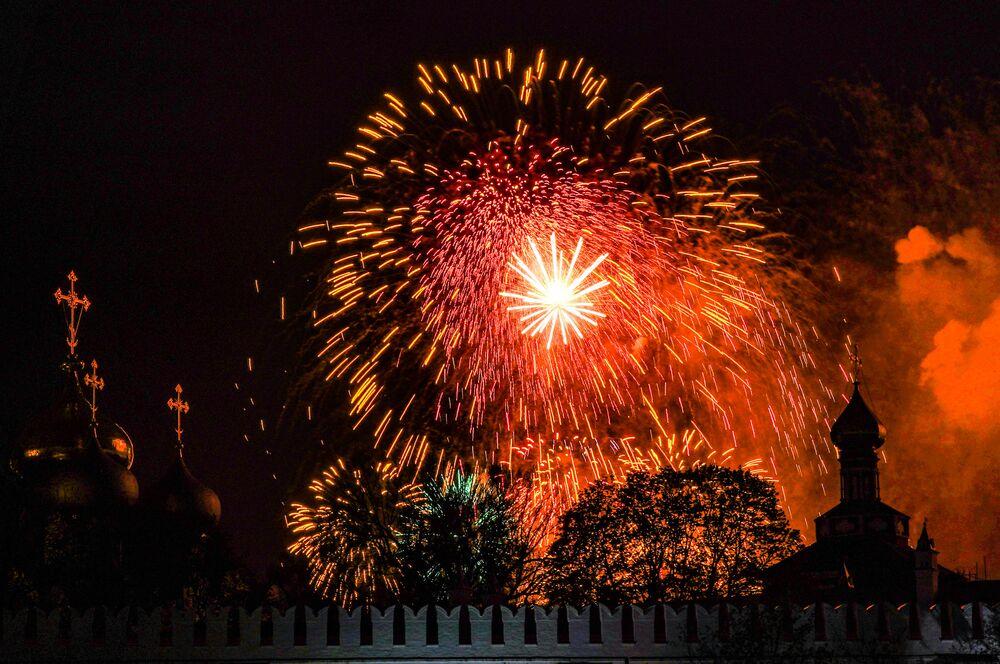Ohňostroj nad Novoděvičím klášterem v Moskvě na počest 75. výročí vítězství.