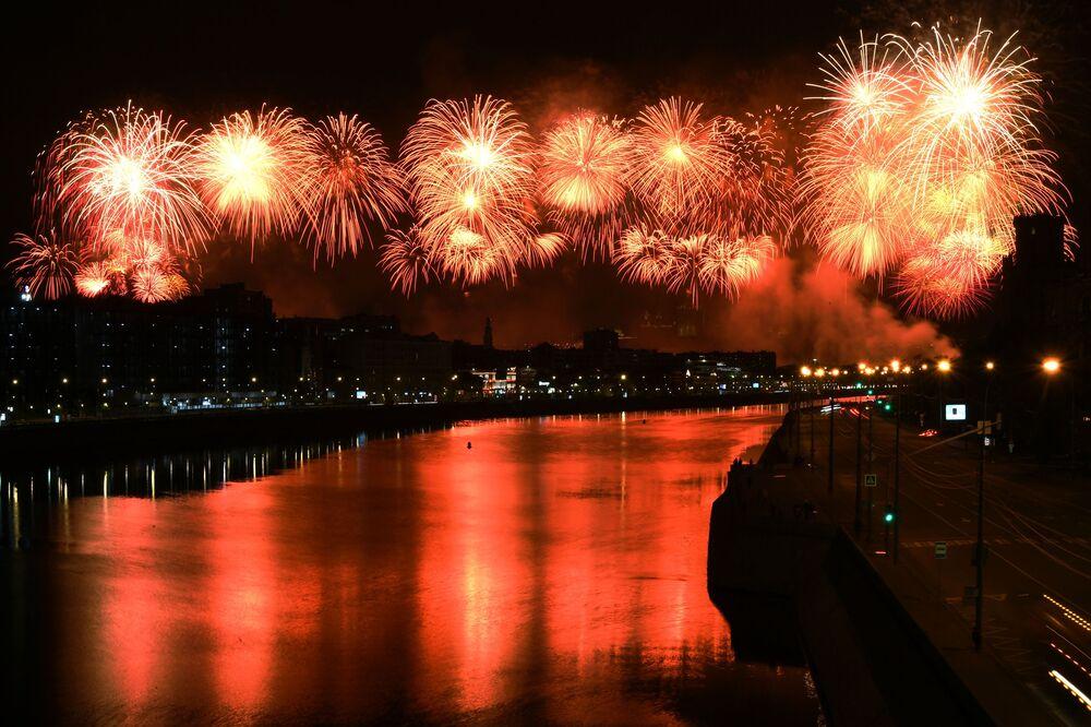 Ohňostroje v Moskvě na počest 75. výročí vítězství