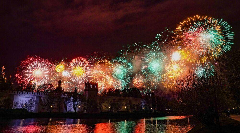 Ohňostroj nad Novoděvičím klášterem v Moskvě na počest 75. výročí vítězství