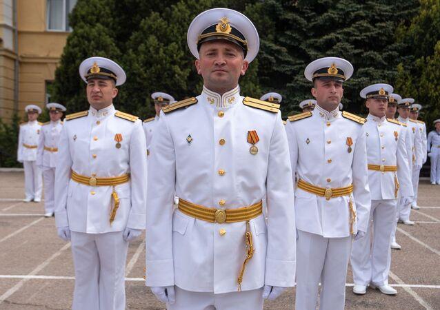 Důstojníci Nachimovské námořní školy na výroční 70. promoci v Sevastopolu.