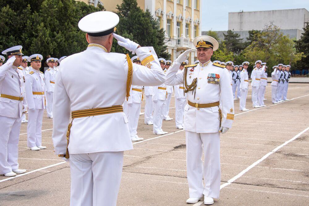 Viceadmirál Igor Osipov, velitel Černomořského loďstva, zdraví náčelníka Nachimovské námořní školy a zadního admirála Alexandra Grinkeviče na jubilejní promoci Nachimovské námořní školy v Sevastopolu.