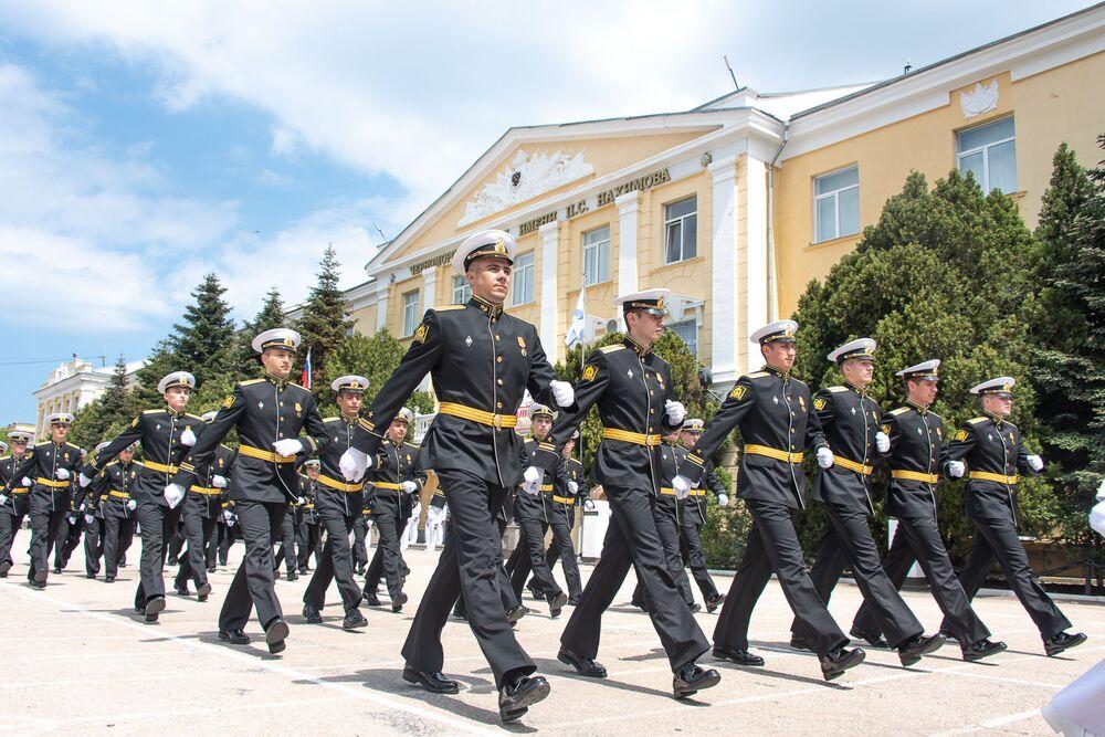 Důstojníci Černomořského nejvyššího námořního řádu Rudé hvězdy během výroční 70. promoce ve městě Sevastopol.
