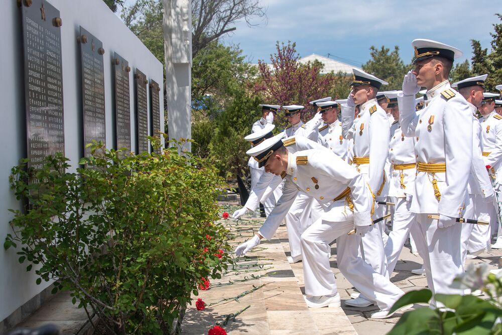 Důstojníci Nachimovské námořní školy položili květiny k pomníkům osvoboditelů a obránců Sevastopolu.