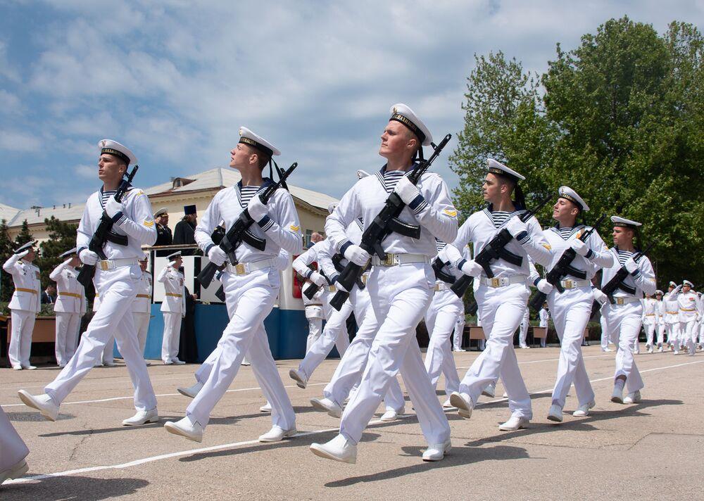 Námořníci nejvyššího námořního řádu Rudé hvězdy během 70. výroční promoce ve městě Sevastopol.