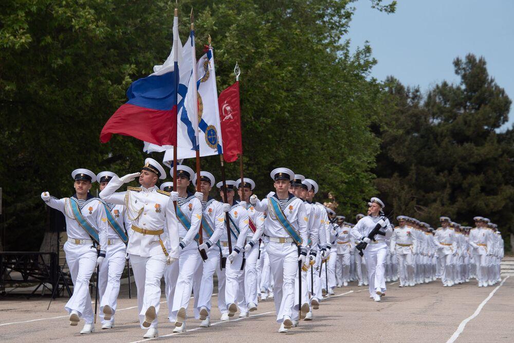 Marš důstojníků Nachimovské námořní školy na výroční 70. promoci v Sevastopolu.