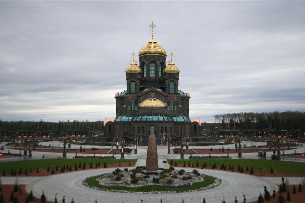 Hlavní chrám Ozbrojených sil Ruské federace se nachází v kongresovém a výstavním centru Patriot v Moskevské oblasti. Oficiální otevření chrámu se konalo u příležitosti 75. výročí vítězství ve Velké vlastenecké válce. Válka skončila v roce 1945, a proto průměr hlavní kopule činí 19,45 metrů. Výška zvonice je 75 metrů.