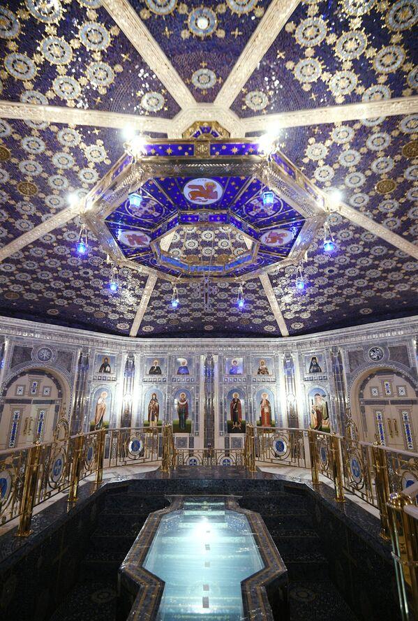 Výzdoba uvnitř chrámu Ozbrojených sil Ruské federace skládající se z kachliček a mozaiky. - Sputnik Česká republika