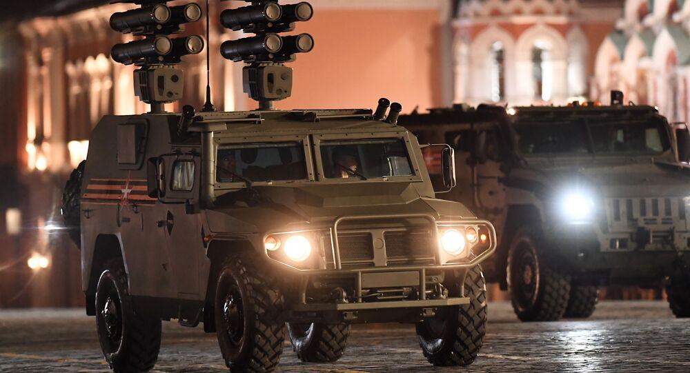 Obrněné auto Tigr s protitankovým raketovým systémem Kornet-D při zkoušce vojenské přehlídky na Rudém náměstí, věnované 73. výročí vítězství ve 2. světové válce