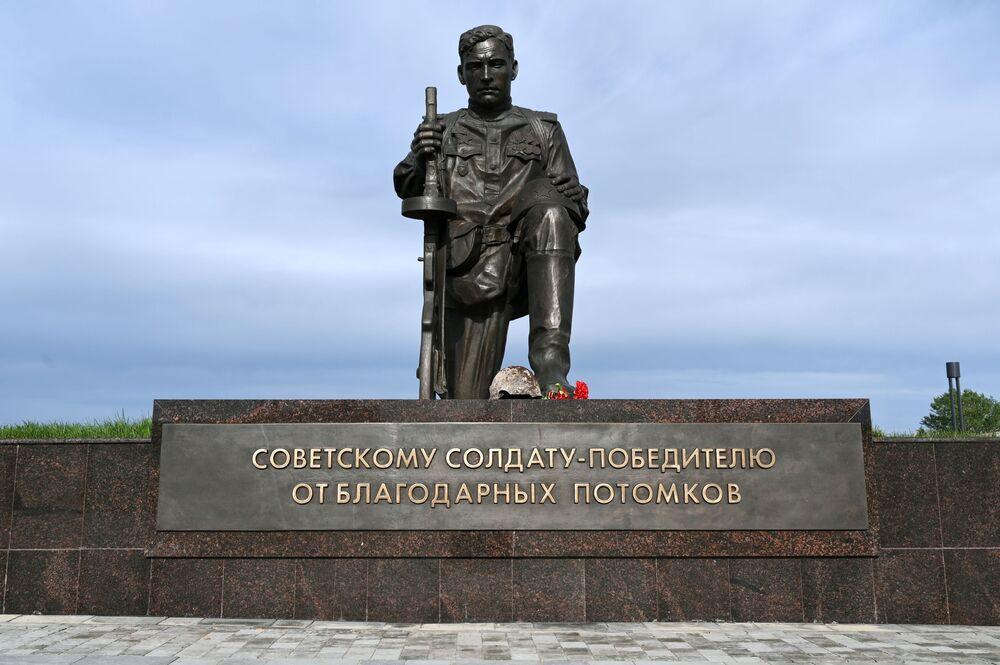 Památník sovětského vojáka, vítěze, na chodníku slávy v areálu vojensko-historického muzejního komplexu Sambecké výšiny v Rostovské oblasti.