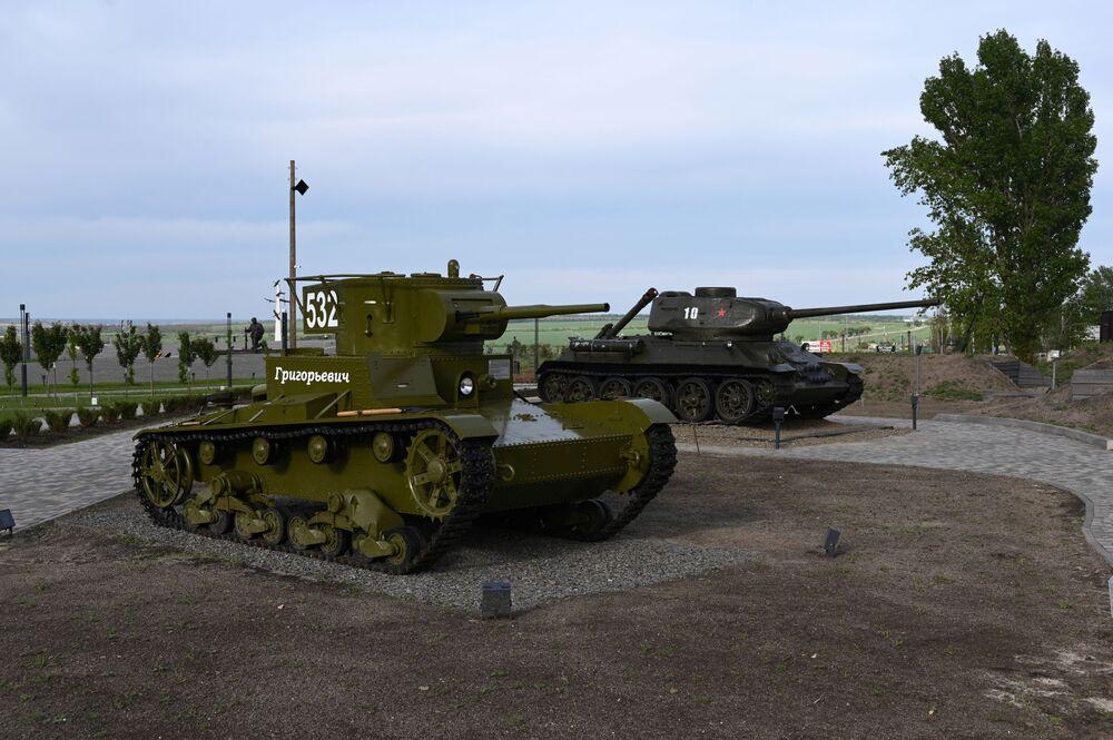 Sovětské tanky T-26 a T-34 v areálu vojensko-historického muzejního komplexu Sambecké výšiny v Rostovské oblasti.