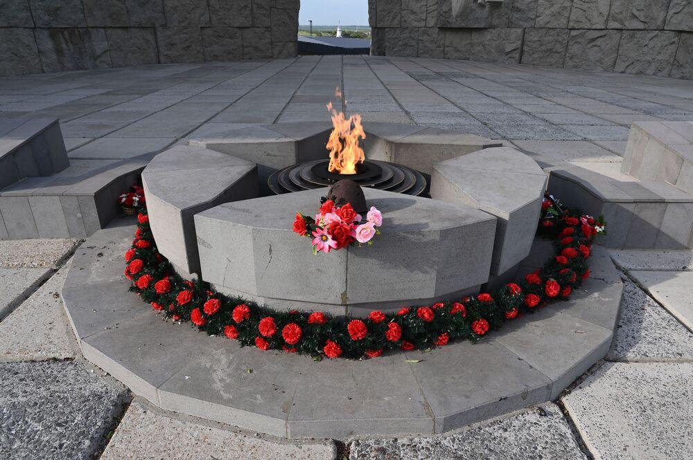 Věčný oheň na chodníku slávy  v areálu vojensko-historického muzejního komplexu Sambecké výšiny v Rostovské oblasti.