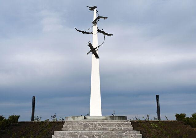Stéla v areálu vojensko-historického muzejního komplexu Sambecké výšiny v Rostovské oblasti.