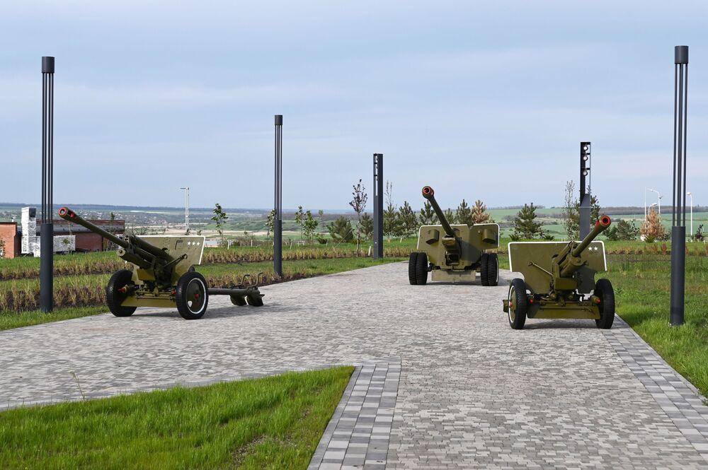 Děla v areálu vojensko-historického muzejního komplexu Sambecké výšiny v Rostovské oblasti.