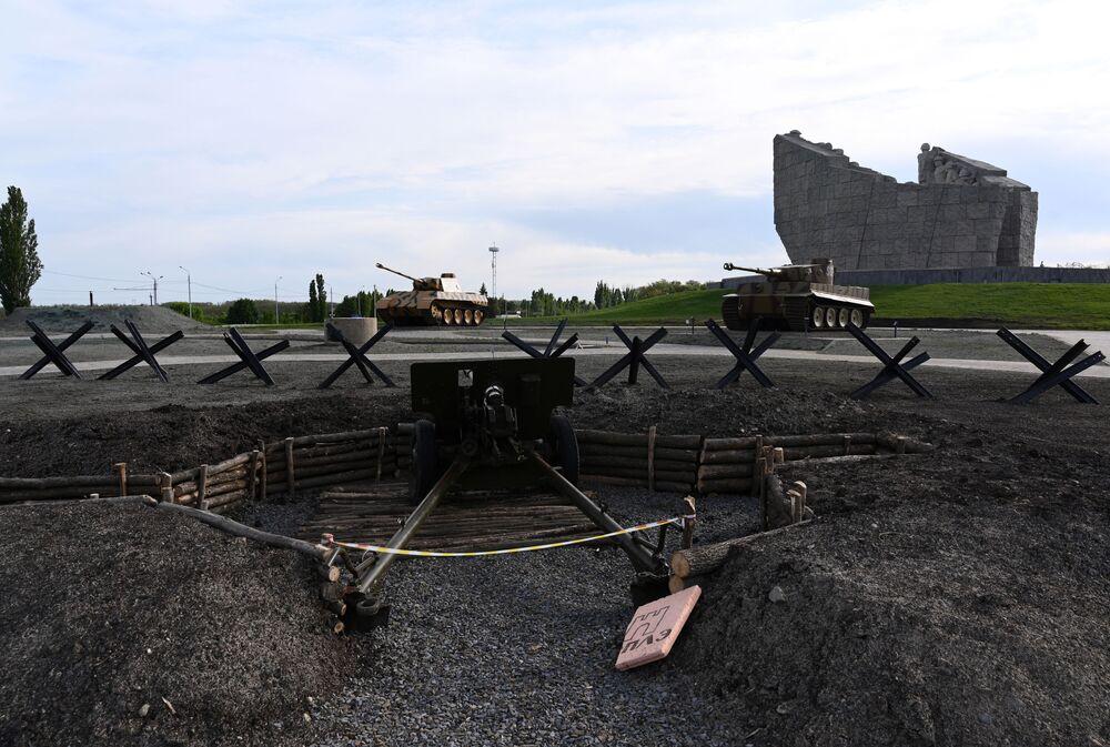 Dělo a německé tanky Tiger a Panther v areálu vojensko-historického muzejního komplexu Sambecké výšiny v Rostovské oblasti.