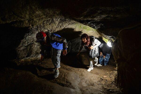 Turisté na výletě do Tavdinských jeskyní - Sputnik Česká republika
