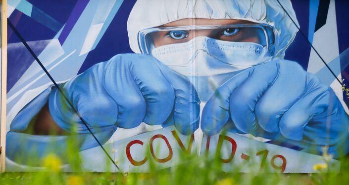Graffiti na podporu zdravotnických pracovníků v boji proti covidu-19 v Krasnogorsku u městské nemocnice č.1, Rusko