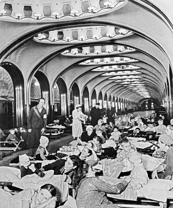 Nejkrásnější a nejpřesnější na světě. Moskevské metro slaví 85. výročí - Sputnik Česká republika