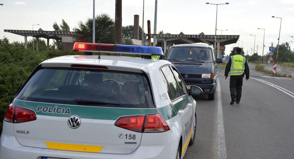 Hraniční přechod na kontrolním stanovišti poblíž Raiki (Maďarsko) a Čunovo (Slovensko).
