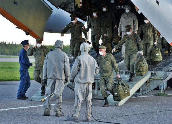 Návrat ruských vojenských odborníků z Itálie - Sputnik Česká republika