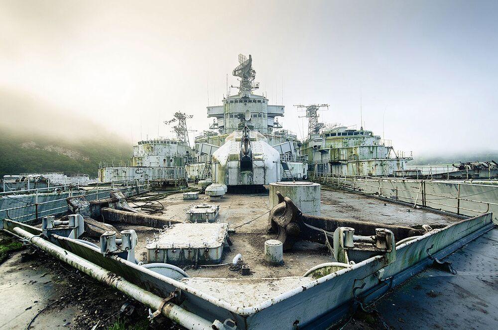 Příďová paluba opuštěné vojenské lodě