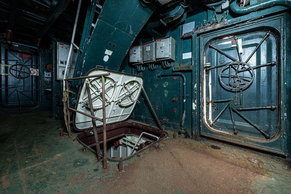 Vchod do podpalubí opuštěné vojenské lodi