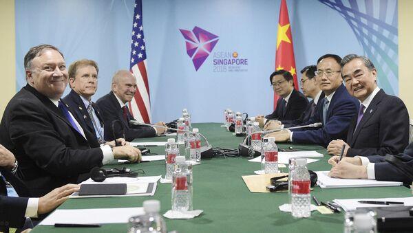 Šéfové americké a čínské diplomacie Mike Pompeo a Wang I v Singapuru na okraj 51. zasedání ministrů zahraničí zemí ASEAN - Sputnik Česká republika