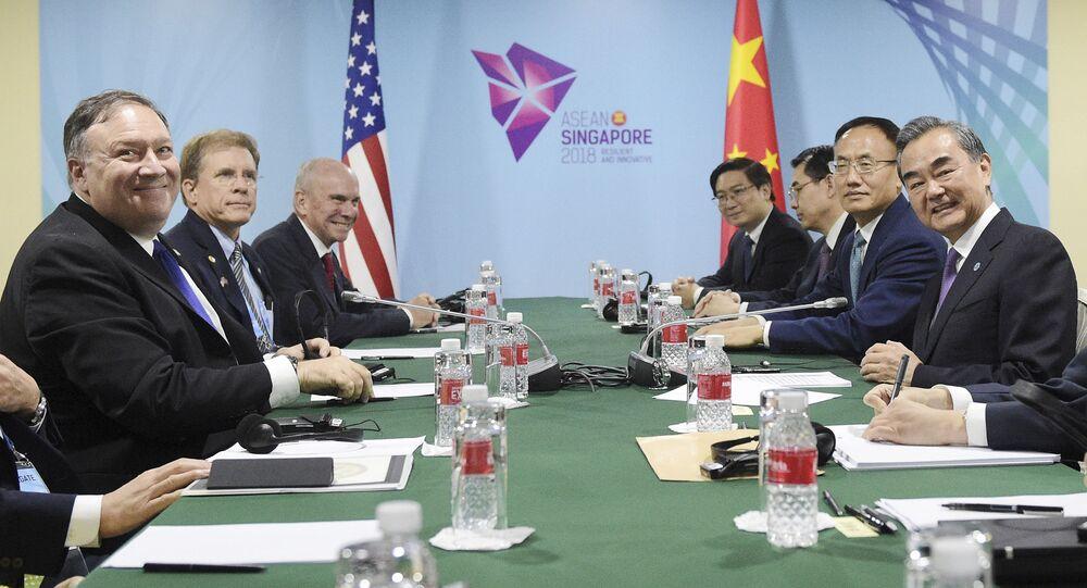 Šéfové americké a čínské diplomacie Mike Pompeo a Wang I v Singapuru na okraj 51. zasedání ministrů zahraničí zemí ASEAN