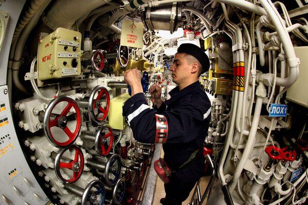 Člen posádky dieselové ponorky Ust-Kamčatsk během výcviku - Sputnik Česká republika