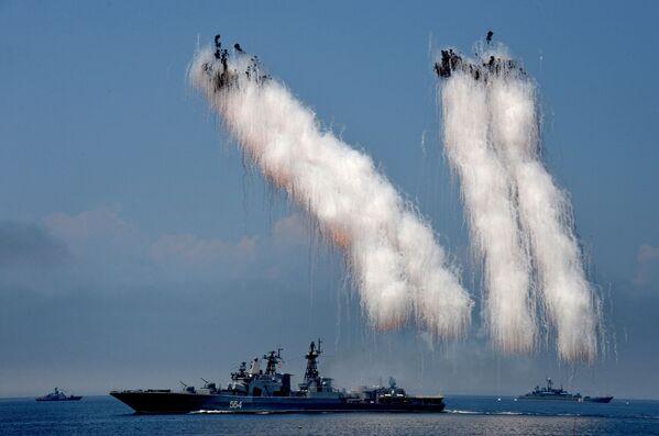Velká protiponorková loď Admirál Tribuc během závěrečné zkoušky přehlídky věnované Dni Tichomořské flotily  ve Vladivostoku - Sputnik Česká republika