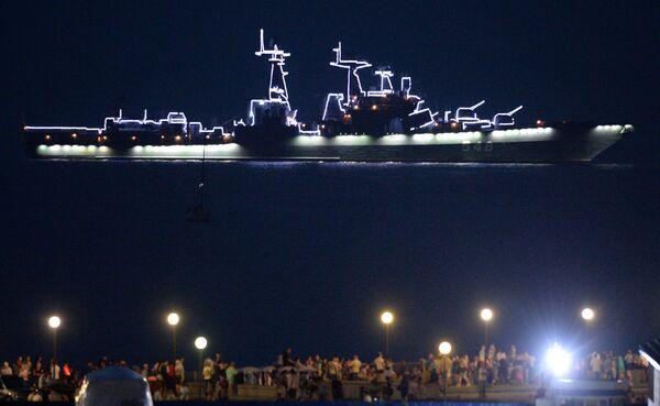 Velká protiponorková loď Admirál Pantělejev v přehlídkovém provozu během salvy na počest Tichomořské flotily ruského námořnictva - Sputnik Česká republika