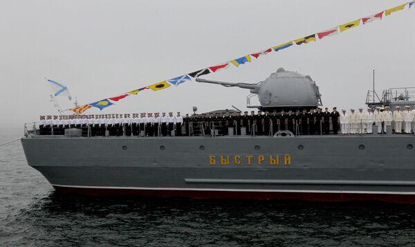 Posádka torpédoborce Bystryj při zkoušce námořní přehlídky ve Vladivostoku - Sputnik Česká republika