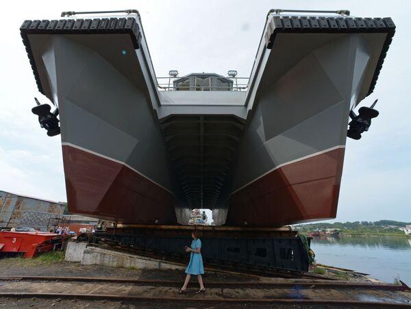Žena u multifunkčního modulárního člunu projektu 23370 určeného pro nouzovou a záchrannou jednotku Tichomořské flotily - Sputnik Česká republika