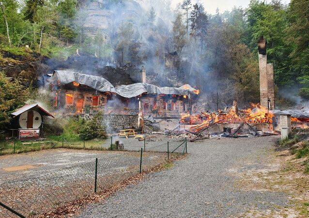 Požár v Národním parku České Švýcarsko, kde shořely chaty Na Tokání