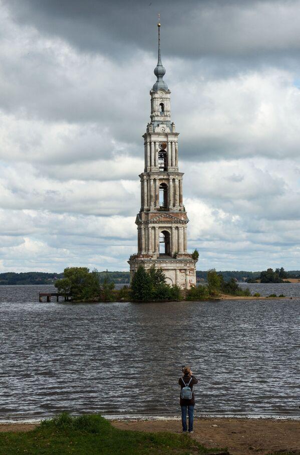 Zatopená zvonice Nikolské katedrály ve městě Kaljazin Tverské oblasti  - Sputnik Česká republika