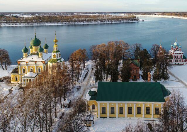 Řeka Volha ve městě Uglič. V centru obrázku se nachází muzeum ruského umění 18. až 19. století, vlevo je Spaso-preobraženský klášter, vpravo je Chrám svatého Dmitrije na krvi.