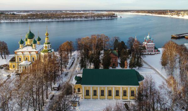 Řeka Volha ve městě Uglič. V centru obrázku se nachází muzeum ruského umění 18. až 19. století, vlevo je Spaso-preobraženský klášter, vpravo je Chrám svatého Dmitrije na krvi. - Sputnik Česká republika