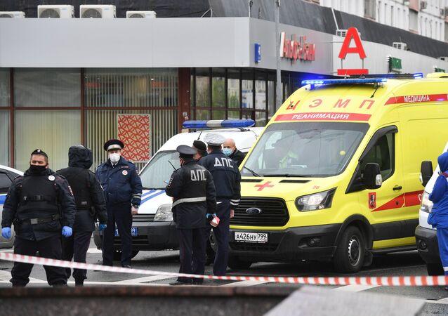 Podle informací ruských bezpečnostních sborů zadržuje únosce v bance v centru Moskvy šest rukojmí. Na místě zasahuje policie.