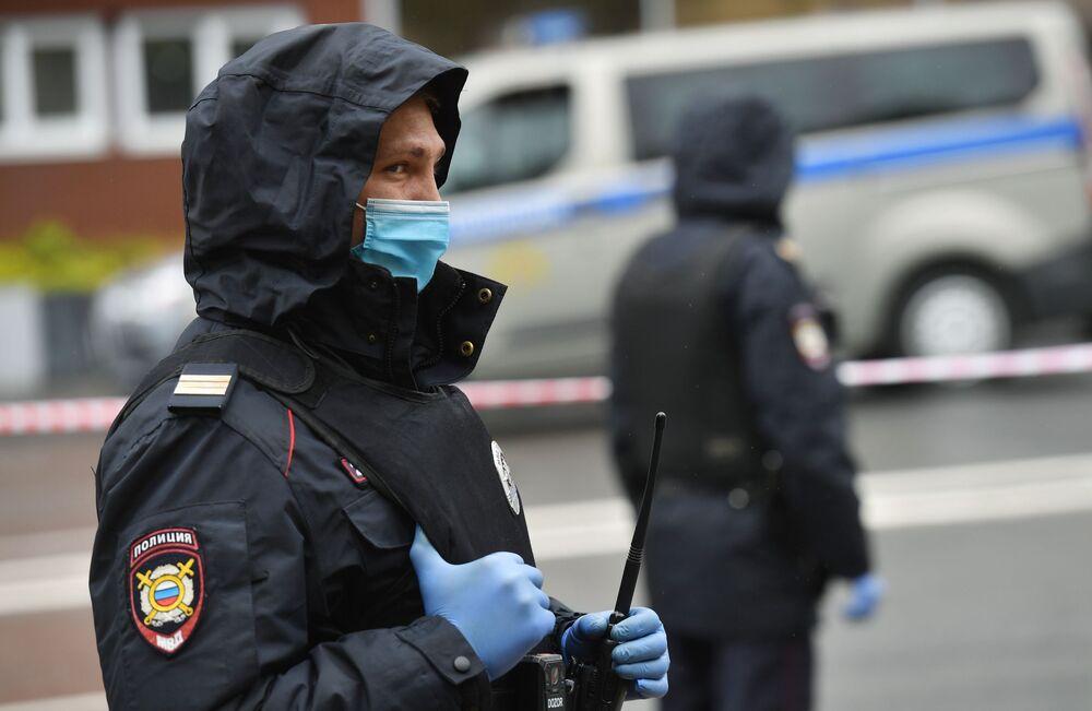 Policisté u pobočky Alfa Banky v centru Moskvy, odkud pocházela zpráva o držení rukojmích