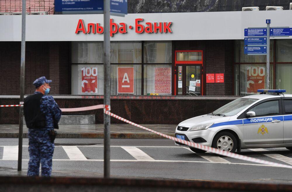 Policista u pobočky Alfa Banky v centru Moskvy, odkud pocházela zpráva o držení rukojmích