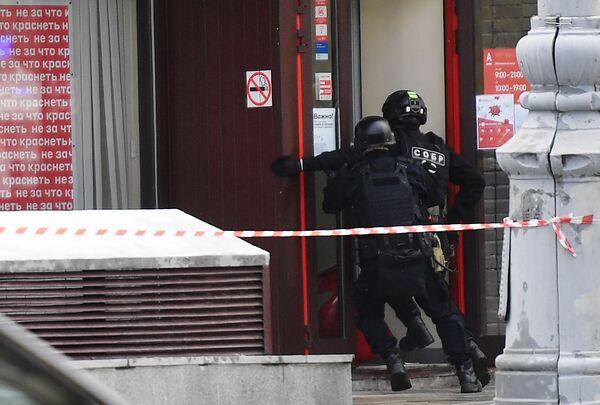 Policisté u pobočky Alfa Banky v centru Moskvy, odkud pocházela zpráva o držení rukojmích - Sputnik Česká republika