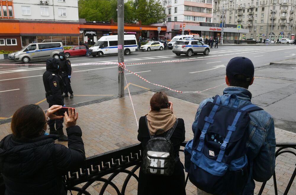 Lidé u pobočky Alfa Banky v centru Moskvy, odkud pocházela zpráva o držení rukojmích