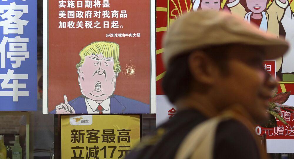 Plakát zobrazující amerického prezidenta Donalda Trumpa a poselství o uvalení obchodních cel na zboží z Číny