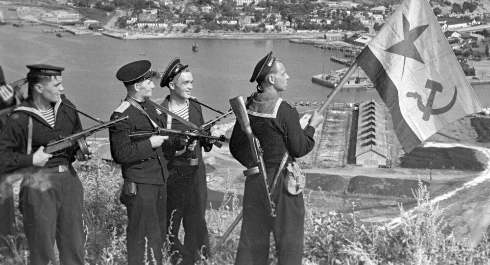 Sovětští námořníci rozmísťují vlajku nad Port Arthurem, 1945