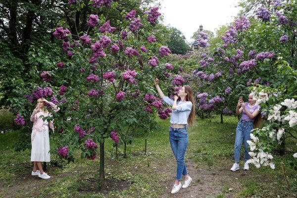 Dívky a kvetoucí lila v parku v Kyjevě, Ukrajina - Sputnik Česká republika