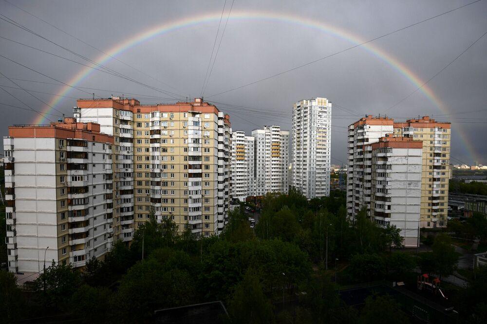 Duha nad bytovými domy v Mitino, Moskva