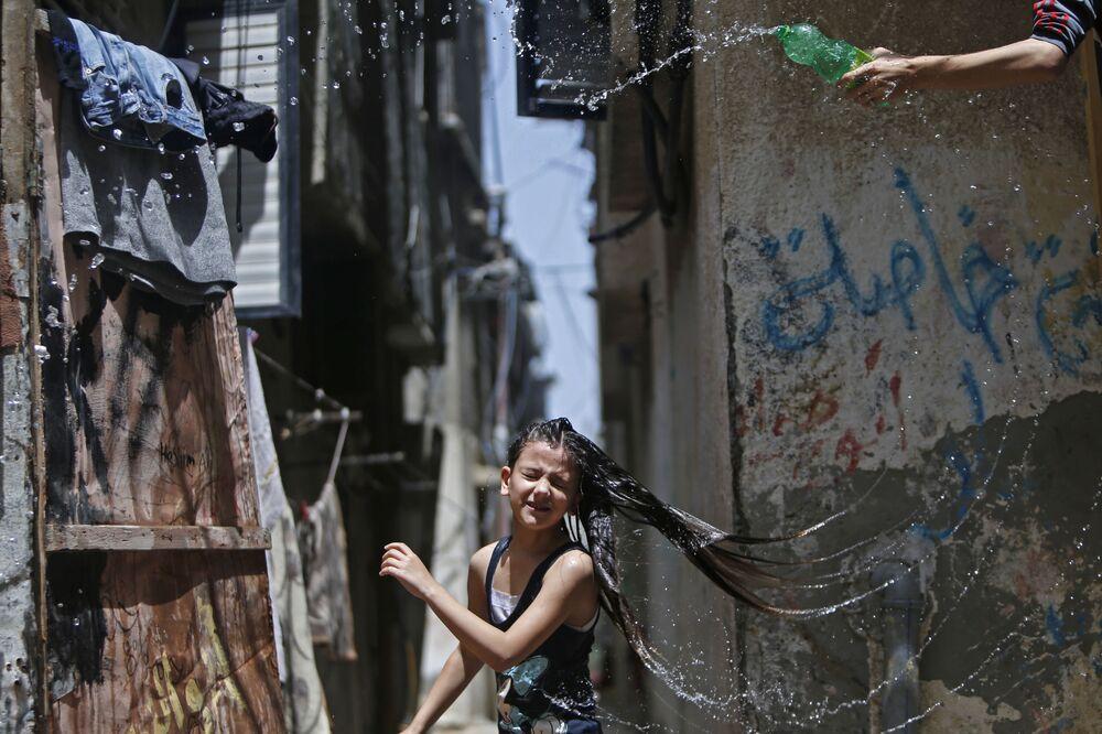 Dívka během vlny veder v uprchlickém táboře Bureij v centrální Gaze